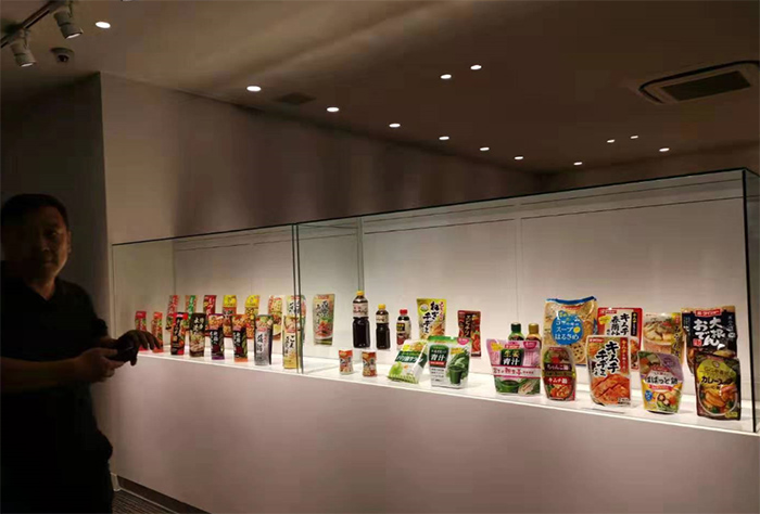 日本九州工场丰富多彩、包装各异的酱料产品引起董事长张福财的兴趣