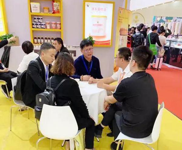 花帝展位涌来了一波波新老客户,他们交流市场现状与发展,交流产品更新换代等等。